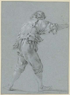 Blootsvoets staande man met één hand op zijn rug en één arm vooruitgestoken