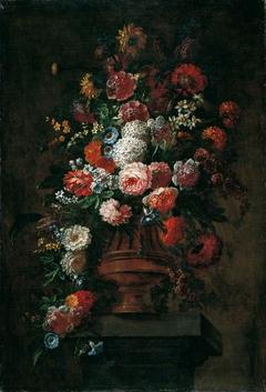 Fleurs d'été dans une urne de bronze