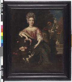 Unbekannte Frau auf einer Terrasse mit einem Blumenkranz in der Hand