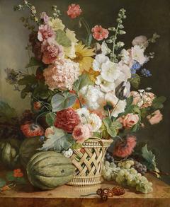 Fruits et fleurs dans une corbeille d'osier