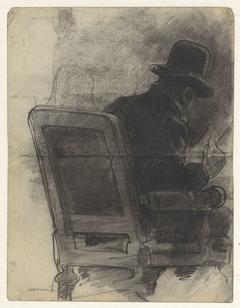 Lezende man met een hoed in een stoel, van achteren