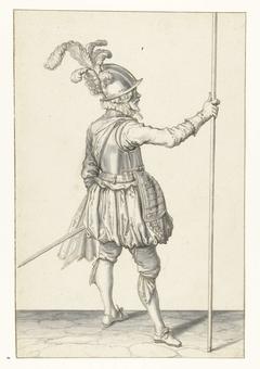 Soldaat, op de rug gezien, die zijn spies met zijn rechterhand rechtop vasthoudt