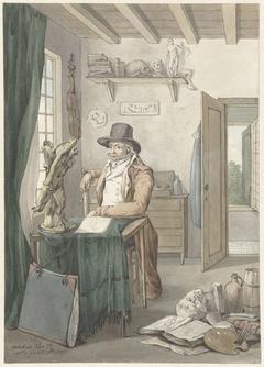 Portret van de kunstenaar Jacob Smies in een atelier met kunstvoorwerpen