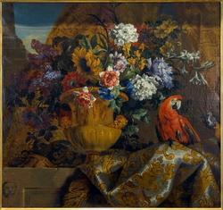 Vase d'or avec des fleurs et des perroquets