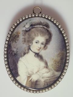 Portrait d'une jeune femme appuyée sur ses bras croisés