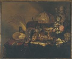 Stilleven met beeldje van Cupido, vaas met bloemen en hemelglobe
