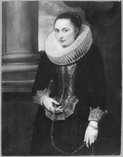 Portrait of a woman wearing a big ruff and standing with a gold chain in her hand, ca. 1620