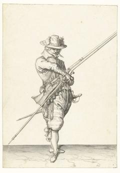 Soldaat met een musket die zijn lont pakt