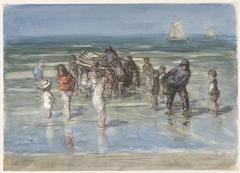 Vissersschuit, omgeven door kinderen, op het strand van Scheveningen