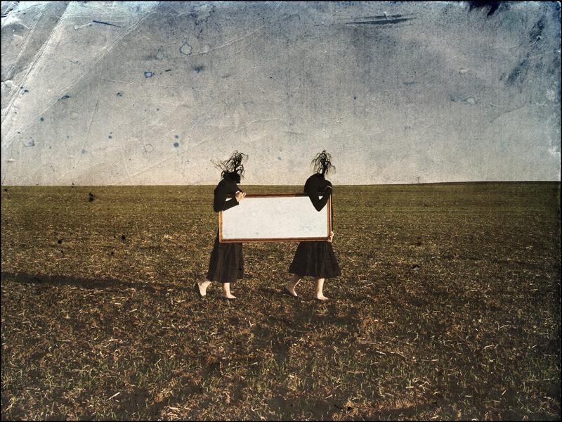 kobiety taskające prostokątne lustro w listopadowe popołudnie
