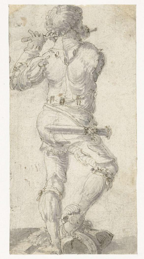 Fluitspeler met zijn rechtervoet op een helm, op de rug gezien