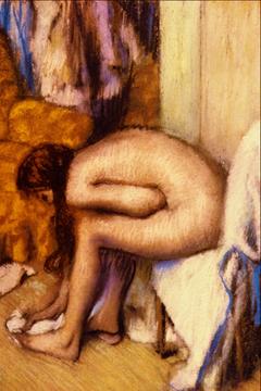 Femme à sa toilette essuyant son pied gauche
