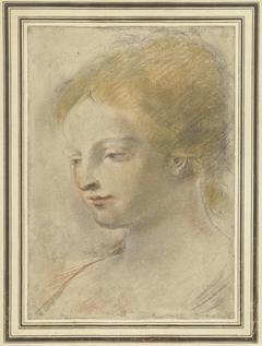 Hoofd van een jonge vrouw, met neergeslagen blik